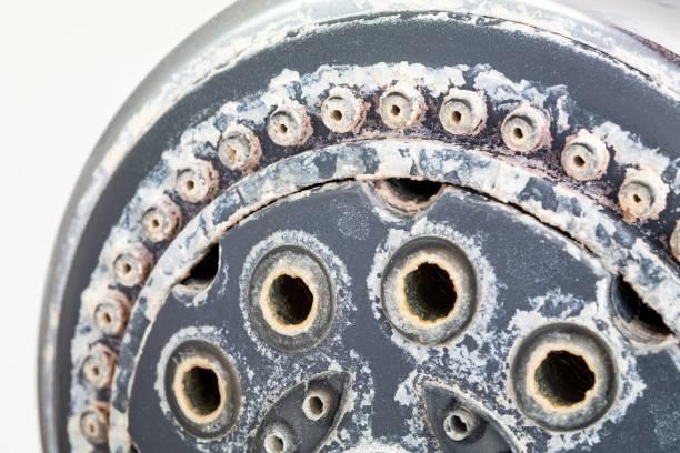 zilveren ronde douchekop met hard waterstorting allen rond de sprinklers sluit omhoog macro kant schot dat tegen witte achtergrond wordt geïsoleerd - calcium stockfoto's en -beelden