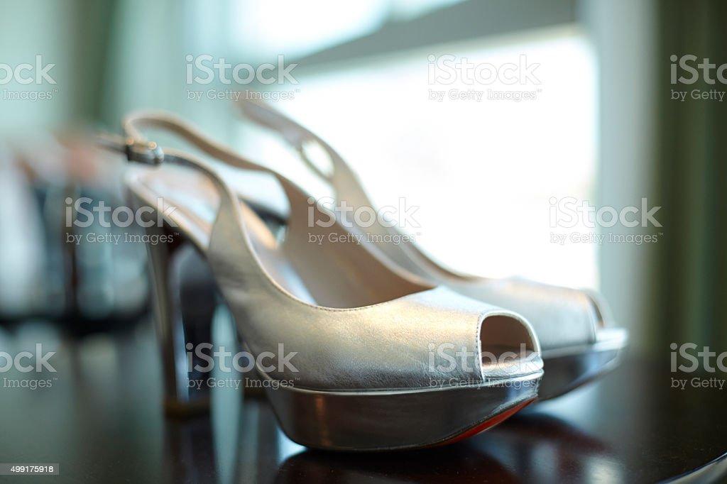 Sandalias plateadas con tacón, tira ajustables y suela roja - foto de stock