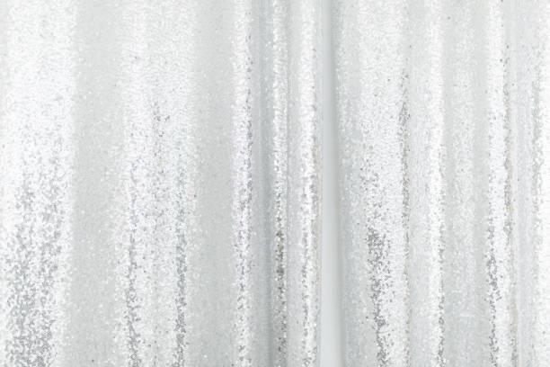 銀のスパンコールのテクスチャ ファッション背景をパターンします。水平のクローズ アップ ショット。 - glitter curtain ストックフォトと画像