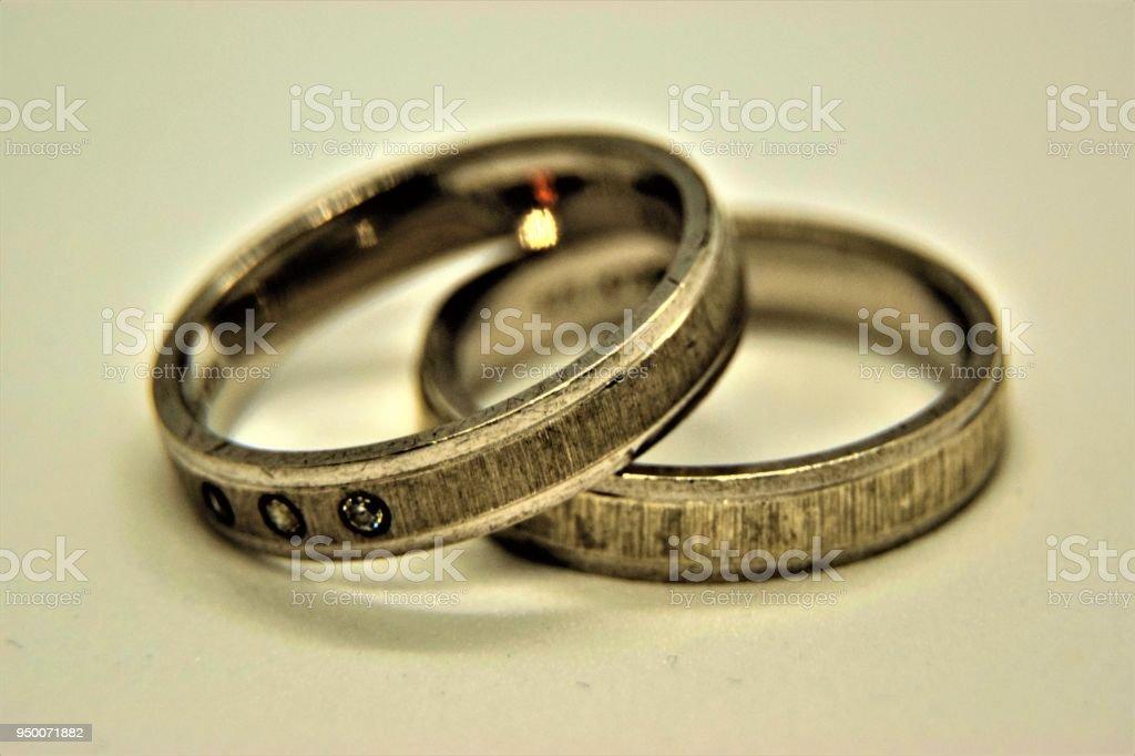 Silberne Hochzeitsringe Auf Weissem Hintergrund Stock Fotografie Und