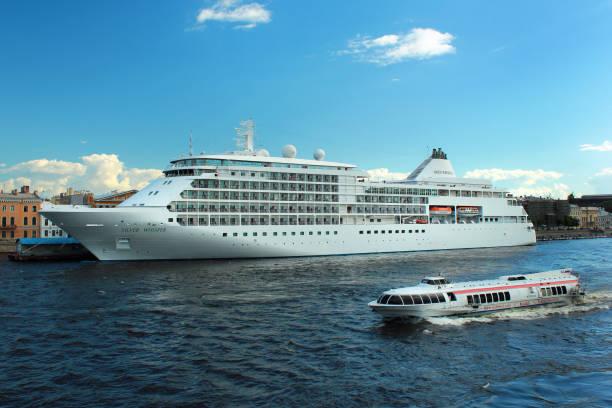 silver whisper cruiseschip op de sint-petersburg engelse embankment pier op de rivier de neva. - neva stockfoto's en -beelden