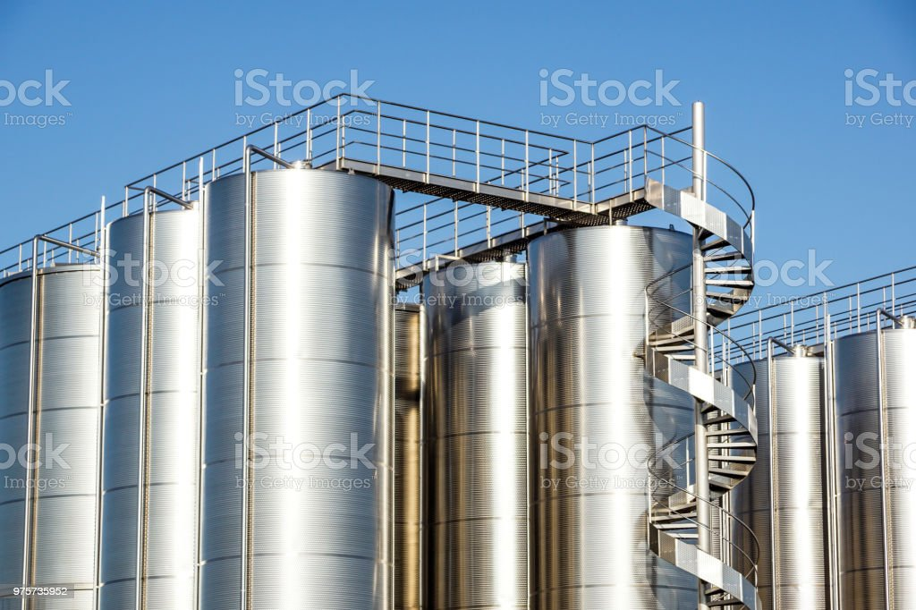 Silver wine Silos with blue sky in background - foto stock