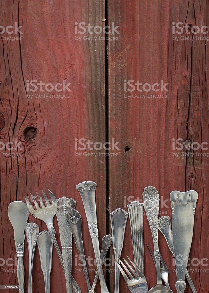 Besteck auf rote Holztisch – vertikal – Foto