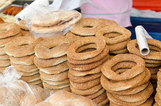 türkische bagels – simit - kreuzberg stock-fotos und bilder