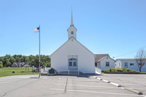 einfache und saubere weiße kirche - kirchturmspitze stock-fotos und bilder