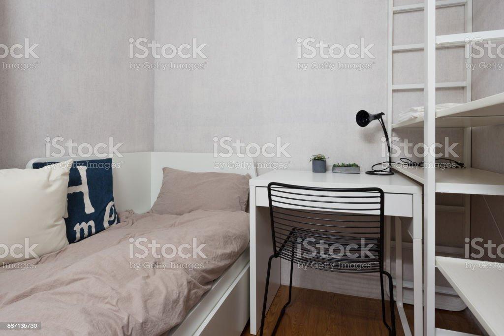 einfaches Bett mit weichen quilt – Foto