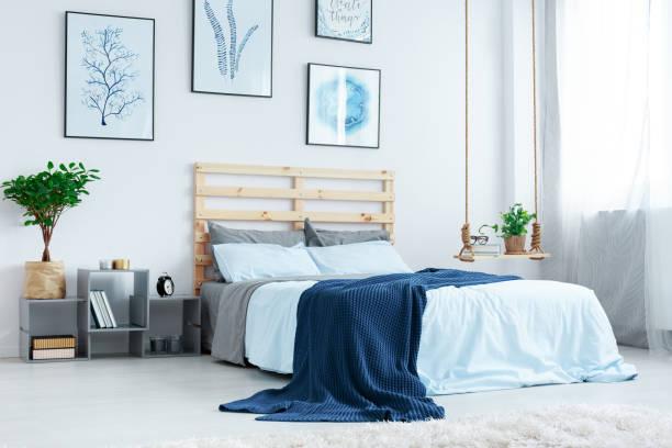 einfache zimmer mit doppelbett - marineblau schlafzimmer stock-fotos und bilder