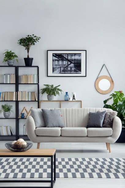 schlichtes design wohnzimmer interieur - wandspiegel weiß stock-fotos und bilder