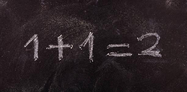 간단한 방정식 1 + 1 = 2 절연, 칠판 배경. - formula 1 뉴스 사진 이미지