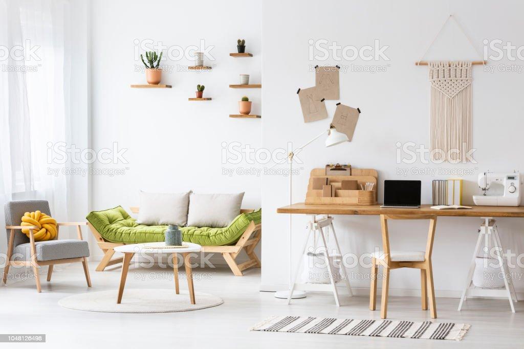 Einfache Homeoffice Mit Einem Schreibtisch Und Wohnzimmer ...