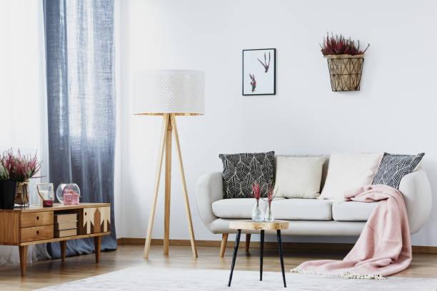 einfache wohnzimmer mit lampe - hellrosa zimmer stock-fotos und bilder