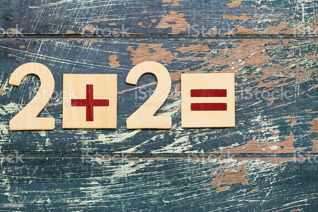 Simple mathematical equation, 2 plus 2, on rustic wooden surface photo libre de droits