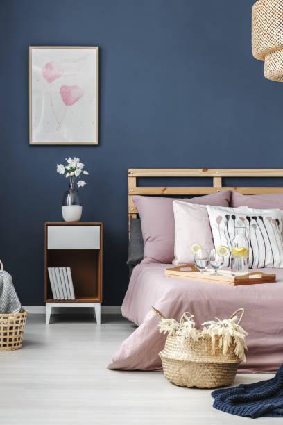 einfach auf blauen wand malerei - schick moderne schlafzimmer stock-fotos und bilder