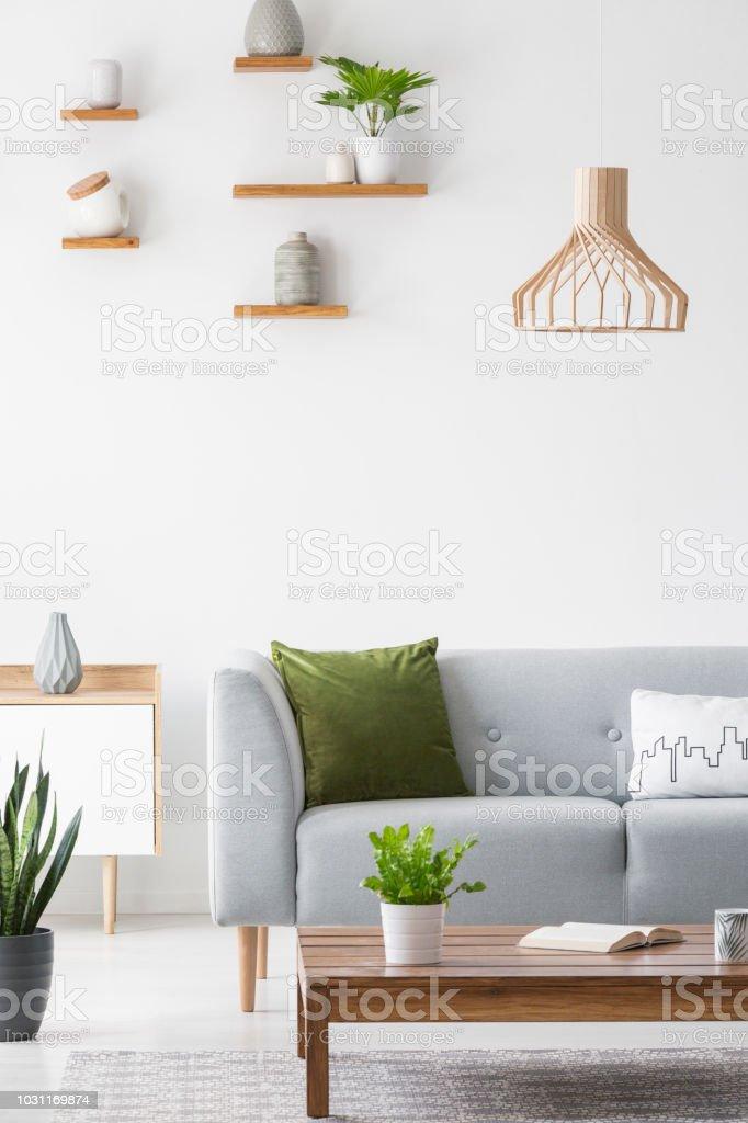 Einfache Regale Mit Vasen Auf Eine Weiße Wand Und Holz ...
