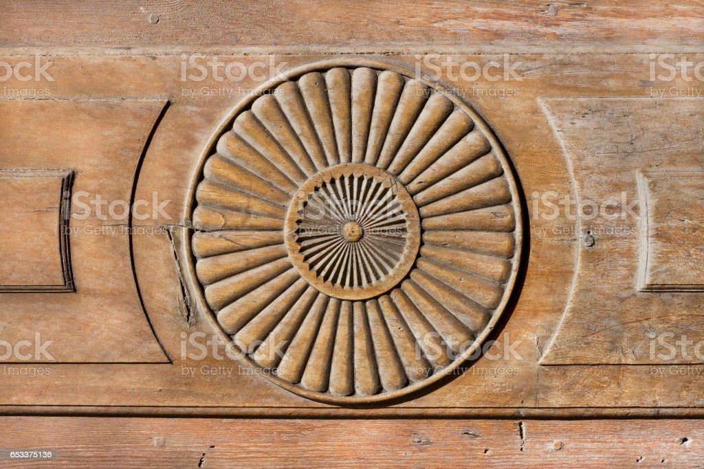 Forma simple sol sobre una superficie de madera. - foto de stock