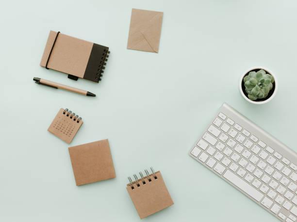 einfach trendy schreibtisch mit tastatur, eco-handwerk-office-elemente und topfpflanzen blume. home office desktop - pastellstifte stock-fotos und bilder