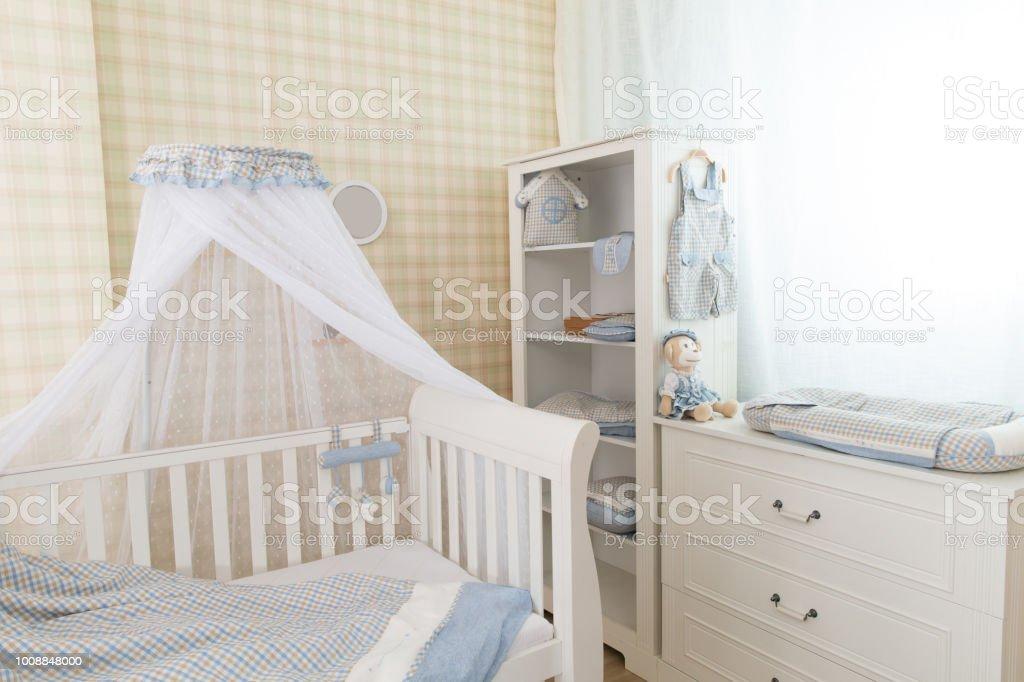 Einfache Weiße Baby Schlafzimmer Mit Kinderbett Und Teppich Stockfoto und  mehr Bilder von Behaglich