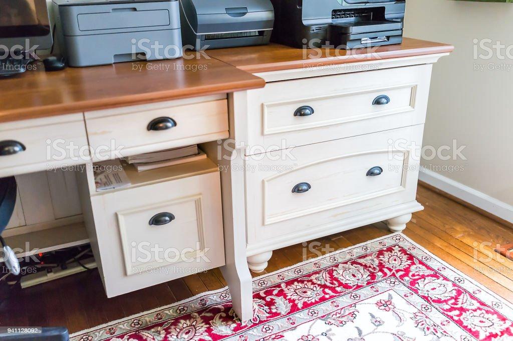 Tiroirs chambre simple bureau à la maison en bois dans maison