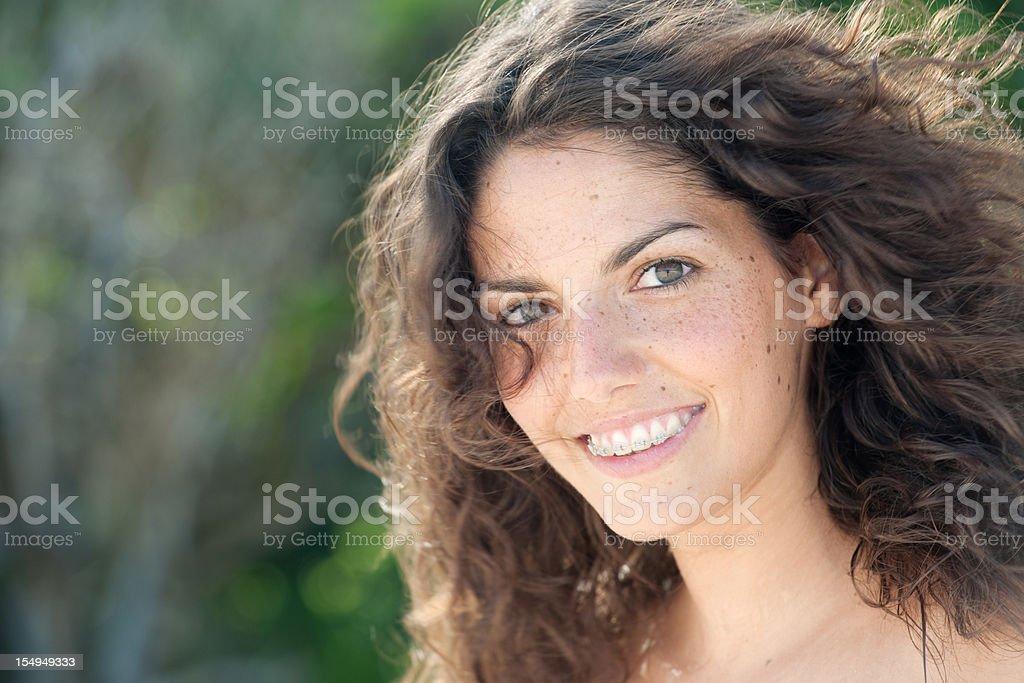 Ganz einfach schöne Teenager mit Sommersprossen & Zahnspange, ungestellte Porträts (XXXL - Lizenzfrei 20-24 Jahre Stock-Foto