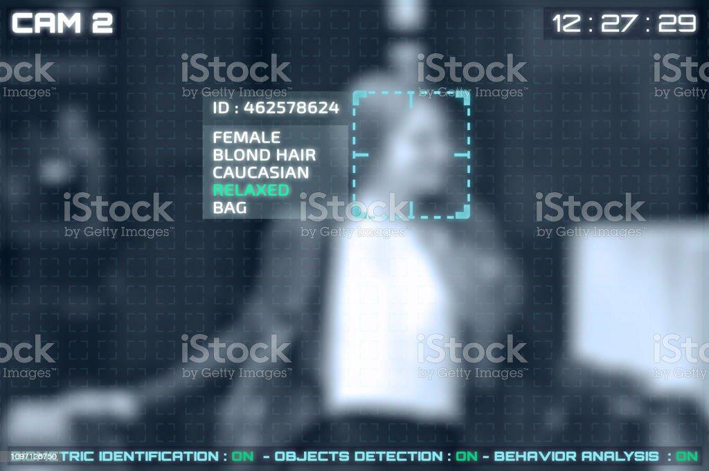 Simulación de una pantalla de cctv cámaras con reconocimiento facial - Foto de stock de Adulto libre de derechos