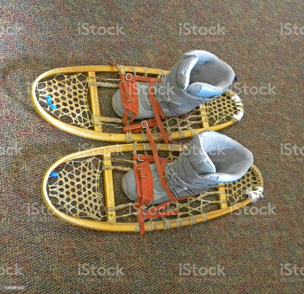 216e9df3c Simulação de como colocar os sapatos em um retrô raquetes para andar na neve  ou raquetes