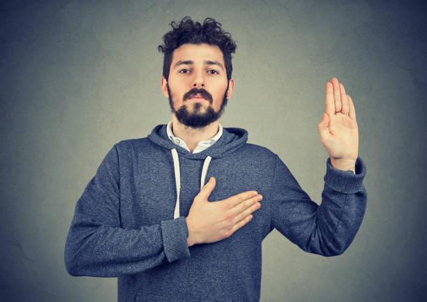 aufrichtiger mann fluchen mit hand aufs herz - eid stock-fotos und bilder
