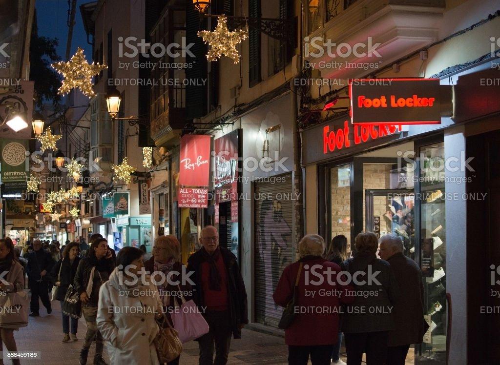 Sindicat shopping with Foot Locker and Ray Ban