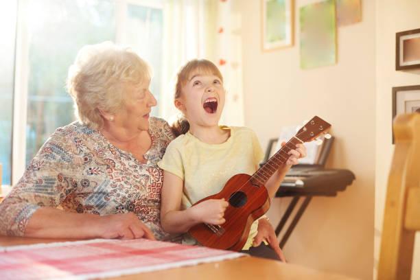 singalong mit oma - ukulele songs stock-fotos und bilder