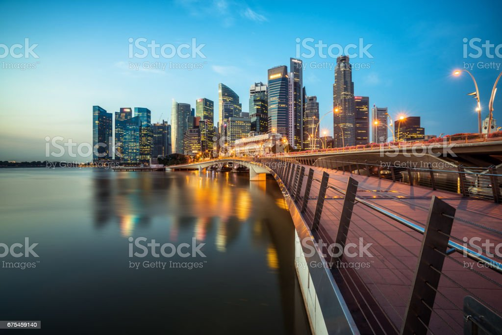 Singapour central business district ligne d'horizon à l'heure bleue photo libre de droits