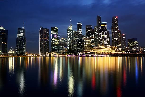 stadt singapur finanzviertel skyline und reflexion bei nacht - herpens stock-fotos und bilder