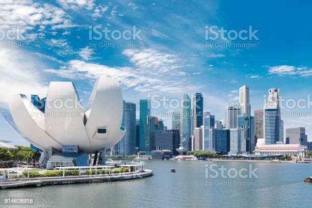 Paisaje de la ciudad de Singapur en el cielo azul del día. Districto de negocio céntrico en Marina Bay view. Paisaje urbano de rascacielos - Foto de stock de Agua libre de derechos