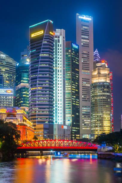 Singapore Downtown Core Wolkenkratzer glitzern nachts über der Anderson Bridge – Foto