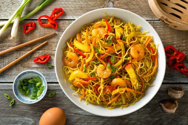 singapore noodles - aziatische noedels stockfoto's en -beelden
