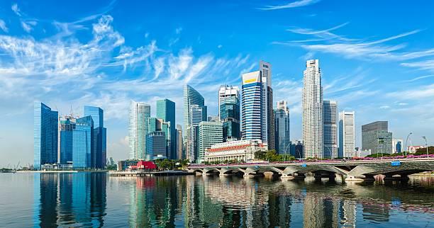 singapore skyline over marina bay - singapur fotografías e imágenes de stock
