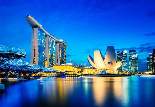 vista de los edificios de la ciudad de singapur marina bay sands, singapur - singapur fotografías e imágenes de stock