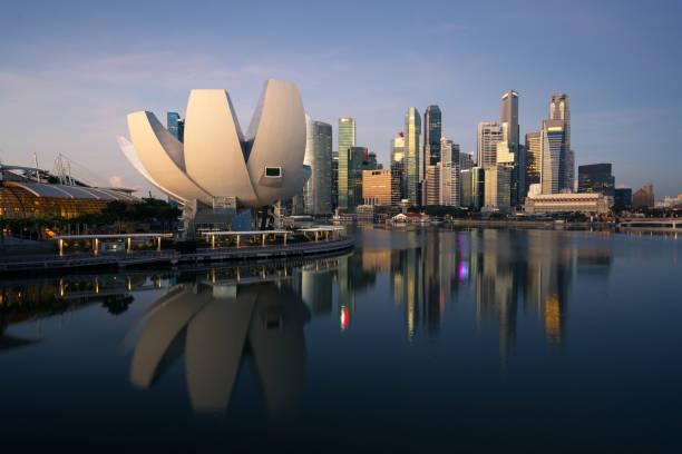 Singapur-Hochhaus Gebäude in downtown Geschäftsviertel an der Marina Bay in Singapur Nacht. – Foto