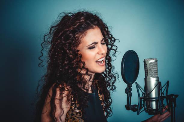 sängerin. frau dame mädchen singen mit mikrofon singen - one song training stock-fotos und bilder
