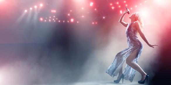 Kräftige Stage Performancesinger Stockfoto und mehr Bilder von Aufführung