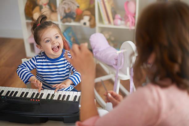 singen und spielen auf musikinstrumenten mit meinem mommy - lautbildungsspiele stock-fotos und bilder