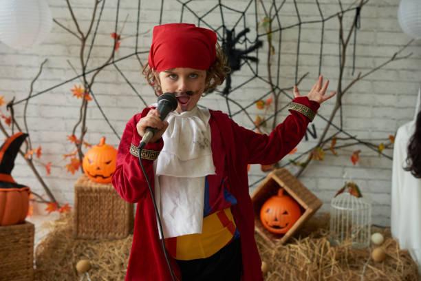 cantando en la fiesta de halloween - halloween song fotografías e imágenes de stock