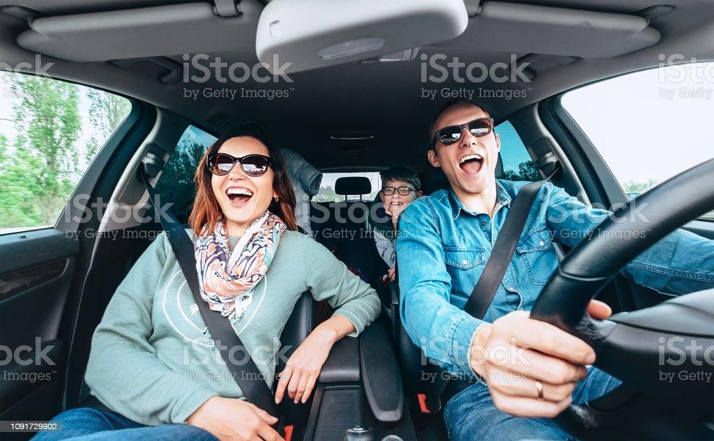 Singende Familie im Auto – Foto
