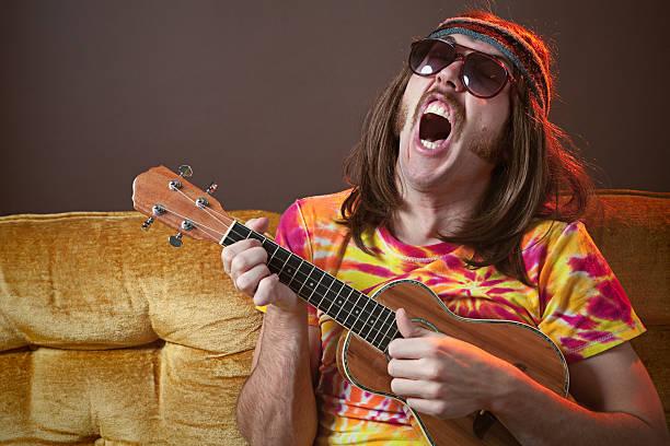 singen hippie. mann mit ukulele - geek t shirts stock-fotos und bilder