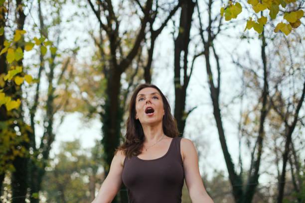 cantando en el bosque como terapia - foto de stock
