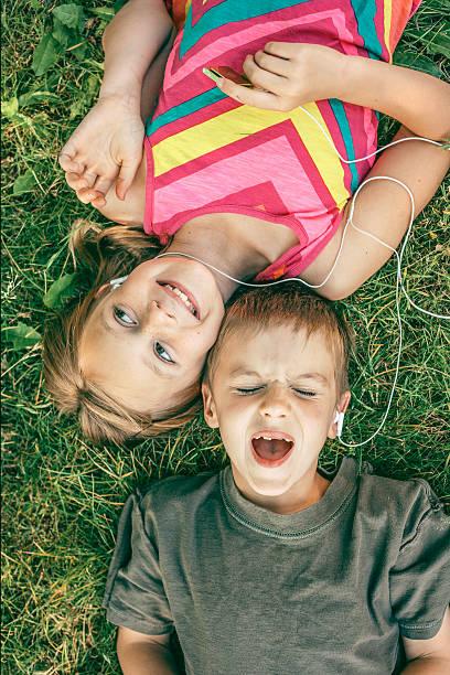 Singen Kinder im Kopfhörer hören, MP3-Player – Foto