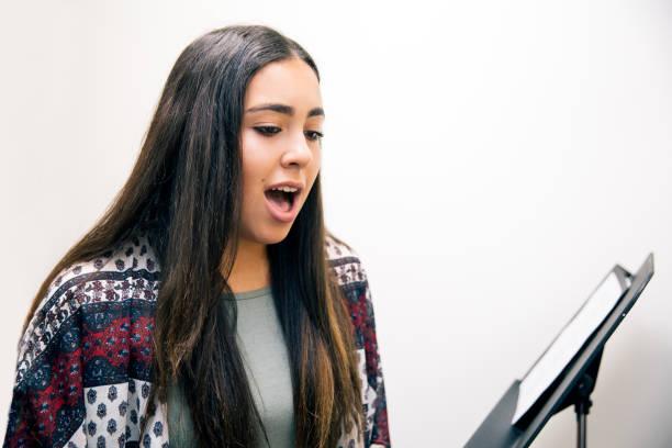 gesangsunterricht - one song training stock-fotos und bilder