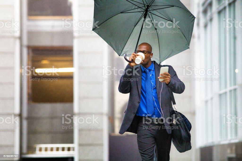 Tek siyah işadamı o yağmurda çalışma yaprakları gibi çalışma royalty-free stock photo