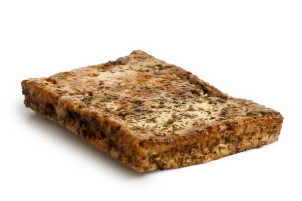 einzelner block von marinierten tofu mit kräutern, isoliert auf weiss. - mariniertes tofu stock-fotos und bilder