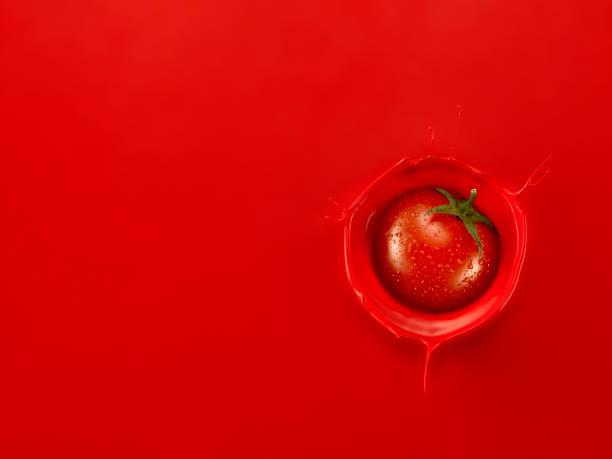 domates suyu içine sıçrama tek kiraz domates - meyve ve sebze suyu soğuk i̇çecek stok fotoğraflar ve resimler