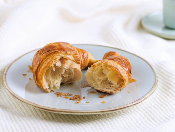 Single croissant for breakfast on woolen surface - foto stock