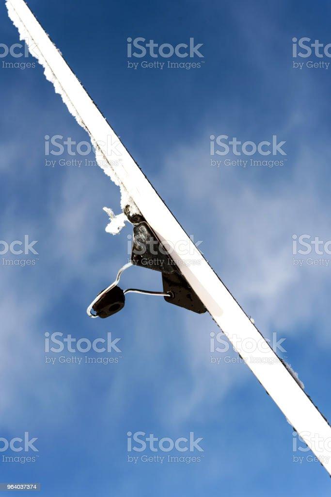 単一のクロス カントリー スキーと空 - まぶしいのロイヤリティフリーストックフォト